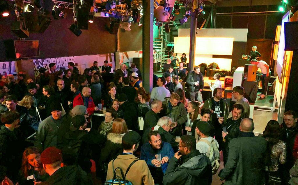 Menschenmenge Veranstalter Apéro Gespräche trinken reden fun